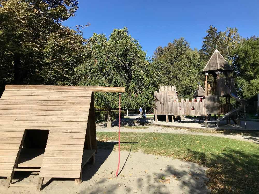Das ist das Schloß aus Holz am Spielplatz im Hofgarten in Innsbruck, gleich bei der Hofburg
