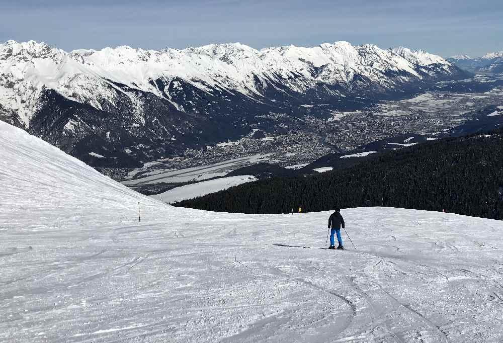 Bis in die Stadt nach Innsbruck mit den Ski? So wirkt es auf der Pleisen-Piste im Axamer Lizum