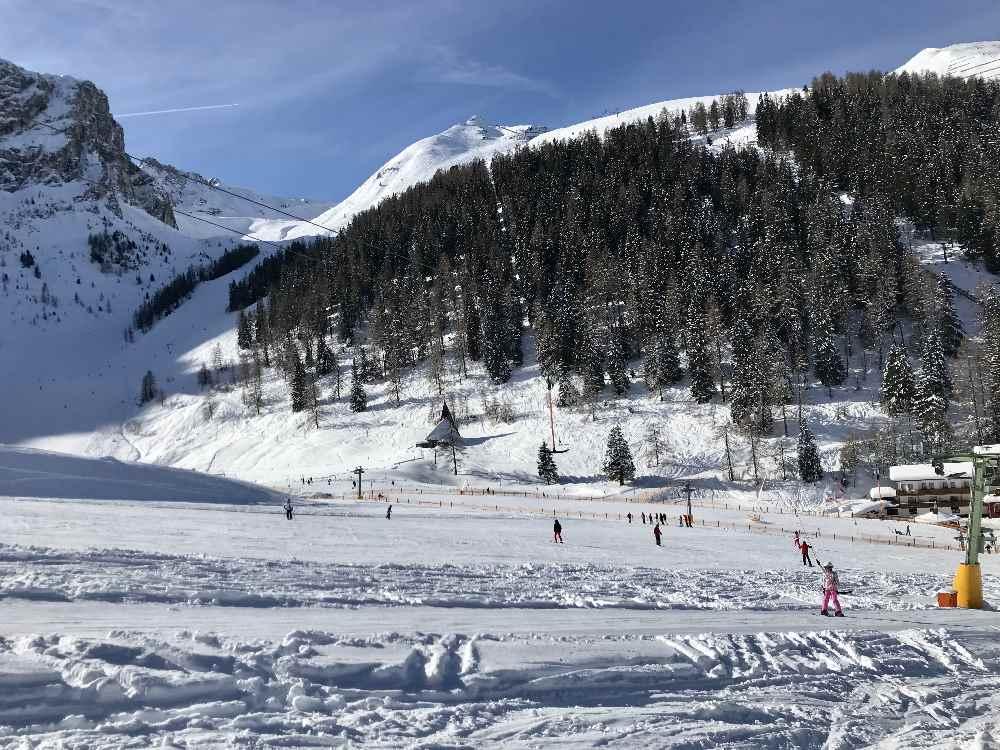 Skigebiet Axamer Lizum: Neben der Talstation kannst du auf den flachen Hängen gut mit Kindern skifahren