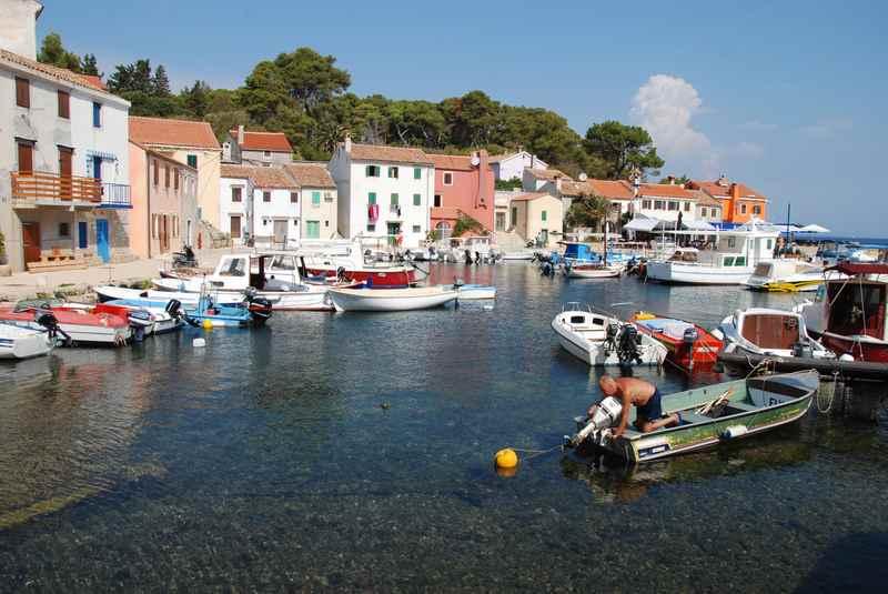 Malerische Buchten auf den Inseln in Kroatien mit Kindern