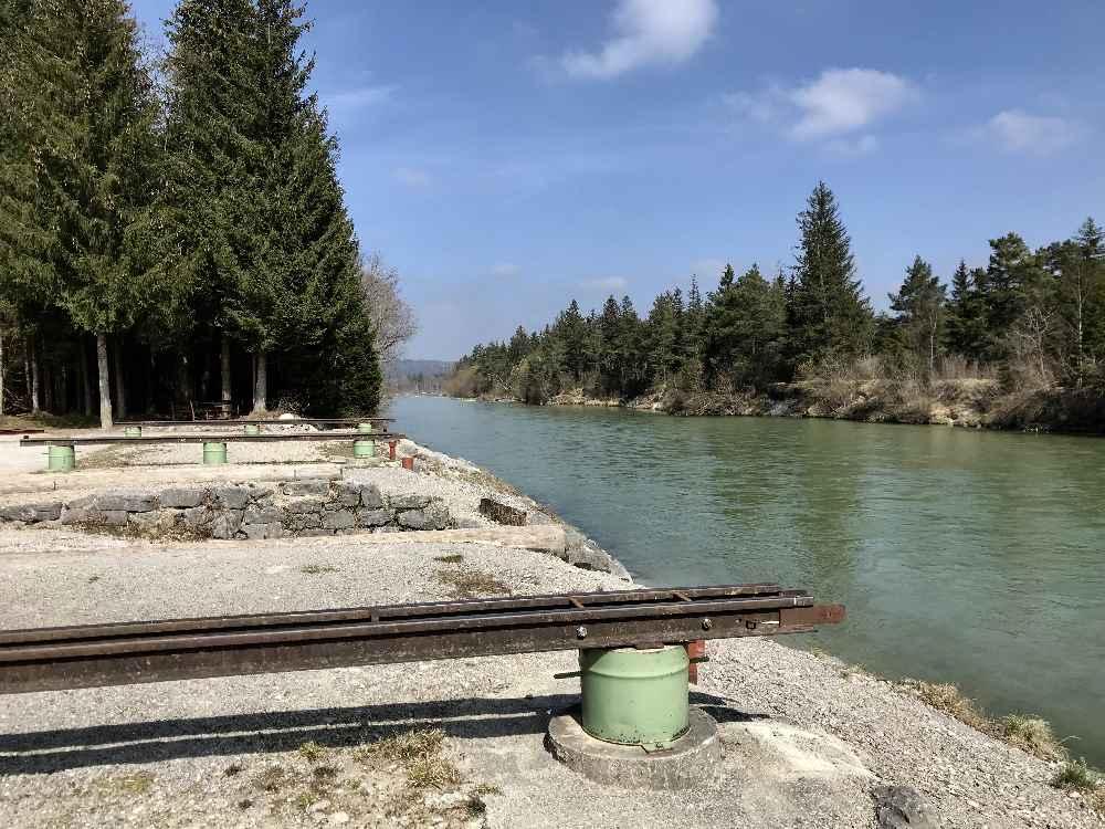 Über die Schienen werden die Floße in die Isar geschoben - heute als Freizeitspaß nach München, früher lebenwichtig.