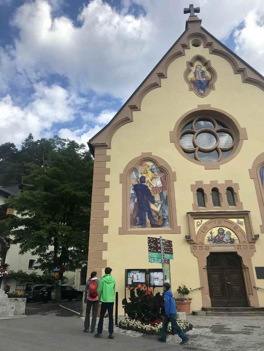 Die Rosengartenschlucht Wanderung führt direkt an der Johanneskirche vorbei