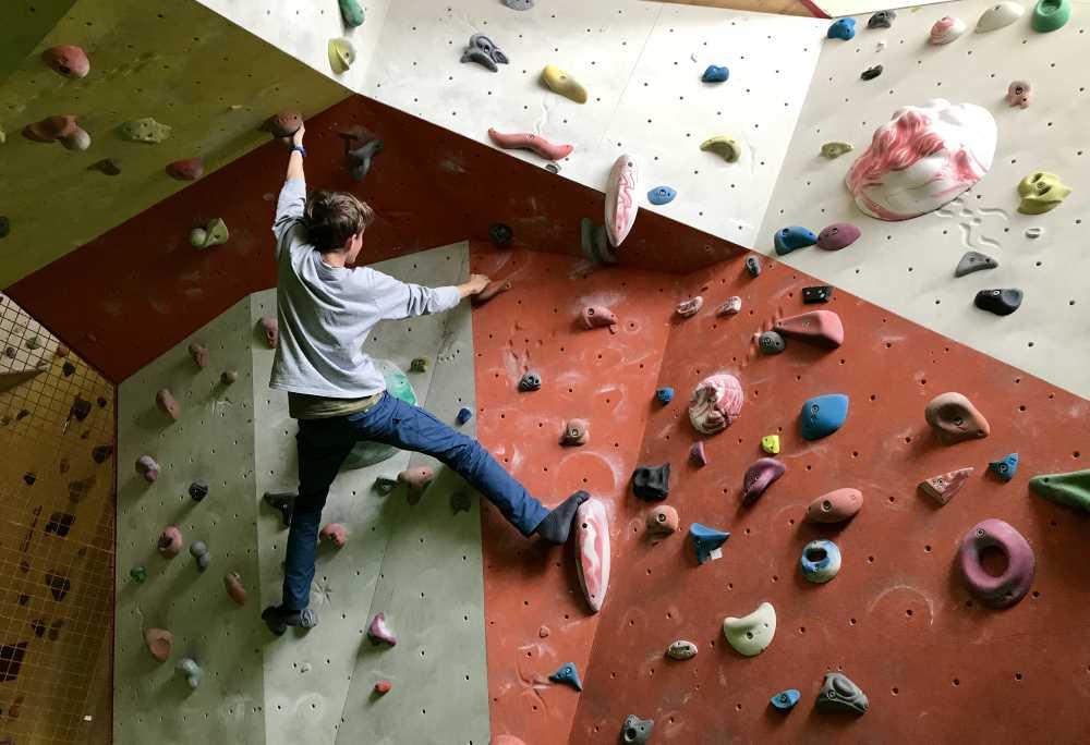 Freizeitaktivitäten im Familienhotel: Beim Bouldern oder an der großen Kletterwand