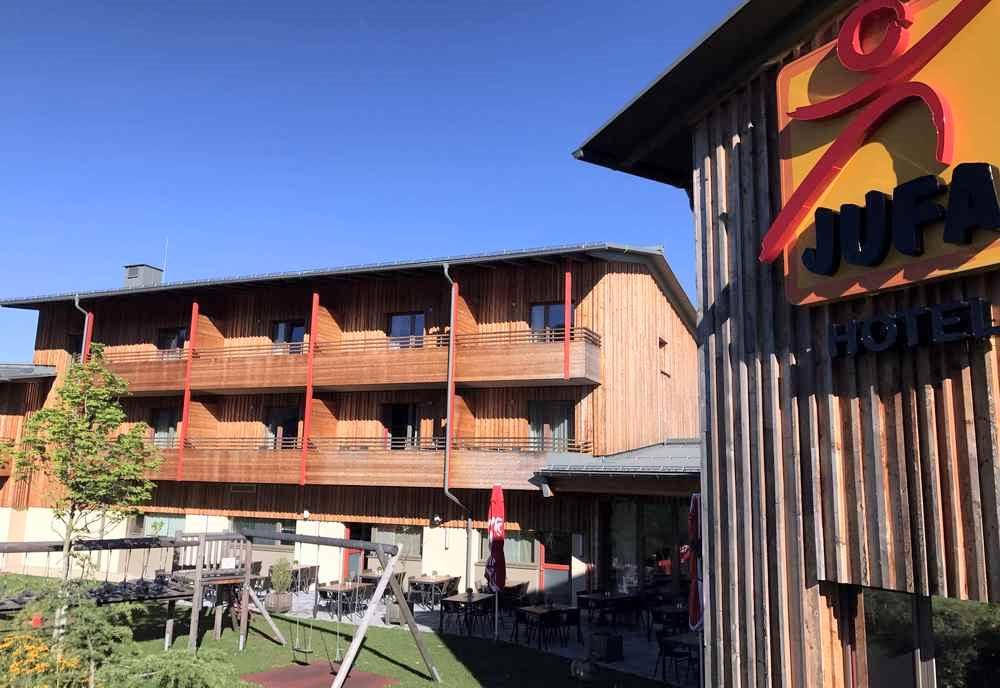 Familienhotel in den Bergen in moderner Holzbauweise