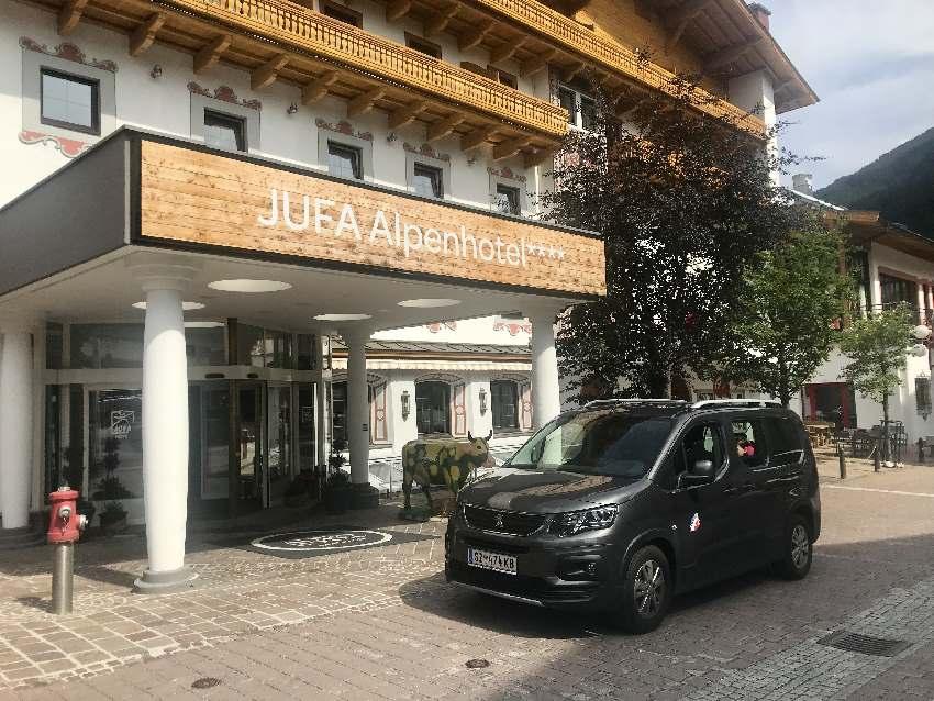 Mit dem Auto durch die Fußgängerzone bis zur Hoteltüre vom JUFA Saalbach