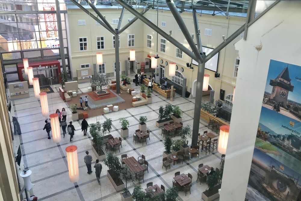 Der Blick in die helle und große Empfangshalle vom JUFA Familienhotel in Wien