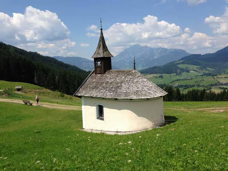Idyllische Kapelle am Berg in Jufen mit Hochkönig
