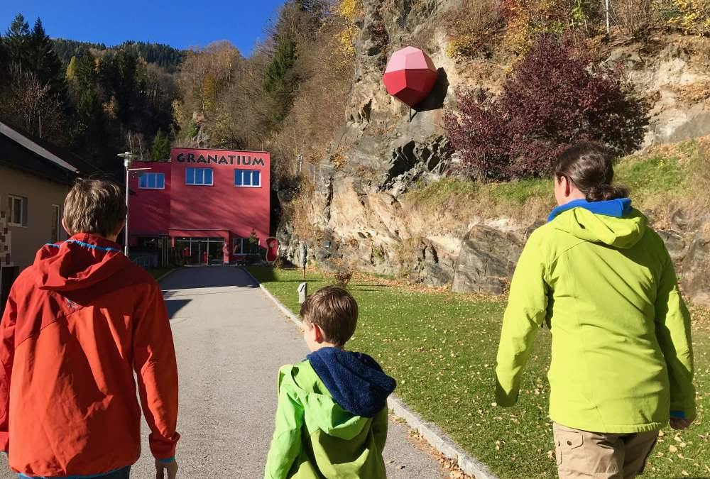 Auf dem Weg ins Granatium im Familienurlaub Kärnten