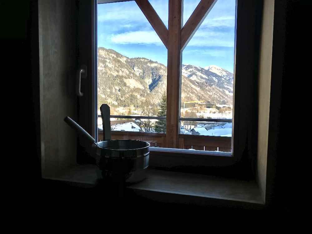 Wunderschön und selten: Von der Saunabank auf die Berge schauen!