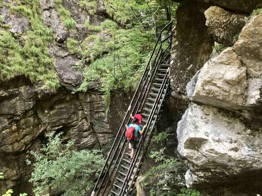Wandern mit Kindern in Kärnten: Brücken und teilweise auf Leitern führen die Klammwanderungen durch die Klammen in Kärnten - das mögen unsere Kinder gerne!