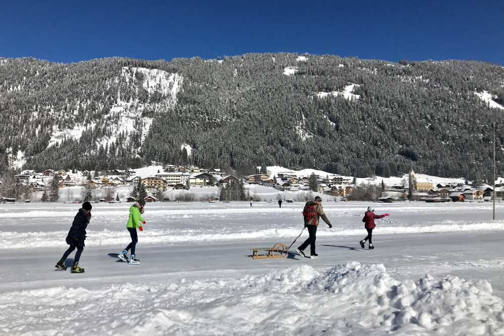 Langlaufen Kärnten: Die Loipe am Weissensee liegt direkt am See und du kannst den Eisläufern zuschauen