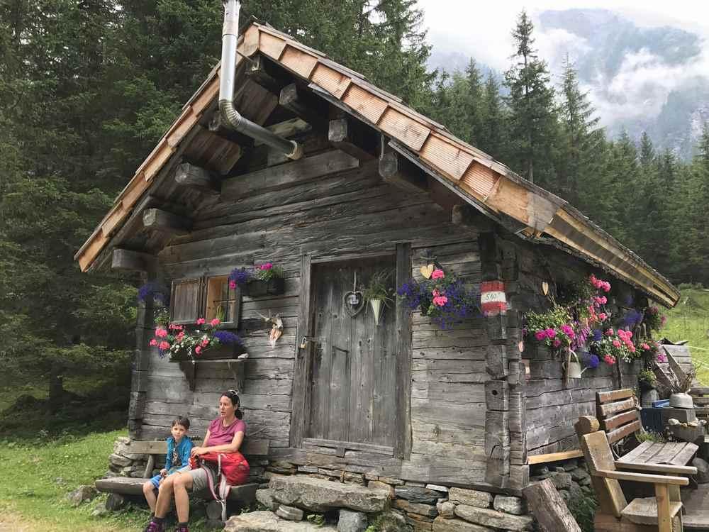 Unsere Familienwanderung im Nationalpark Hohe Tauern durch das Dösental zur Konradlacke führte zu dieser urigen Hütte