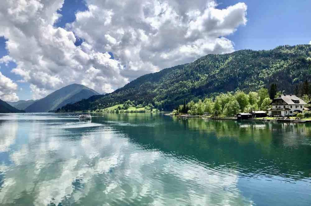 Traumhaft schön wandern mit Kinderwagen am See entlang - das geht wunderbar am Weissensee.