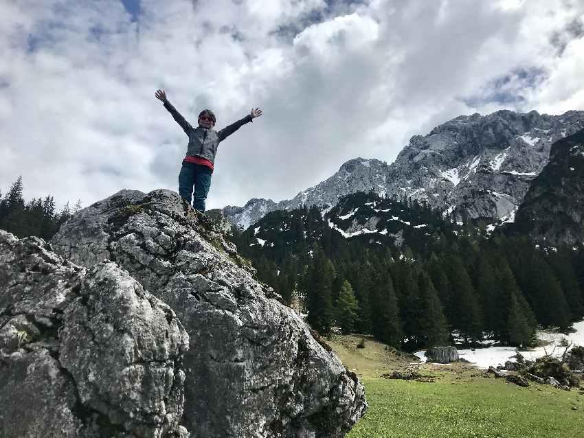 Wandern mit Kindern Tipps - unterwegs auf kleine Felsen klettern