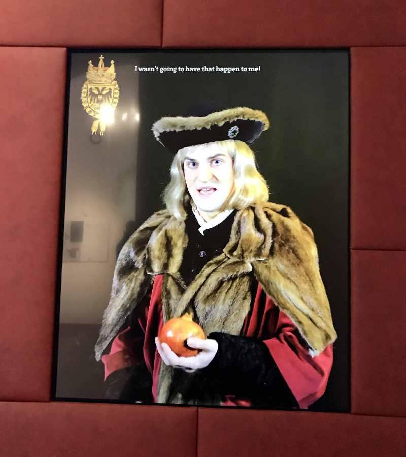 Auf einem großen Bildschirm spricht Kaiser Maximilian mit uns über sein Leben