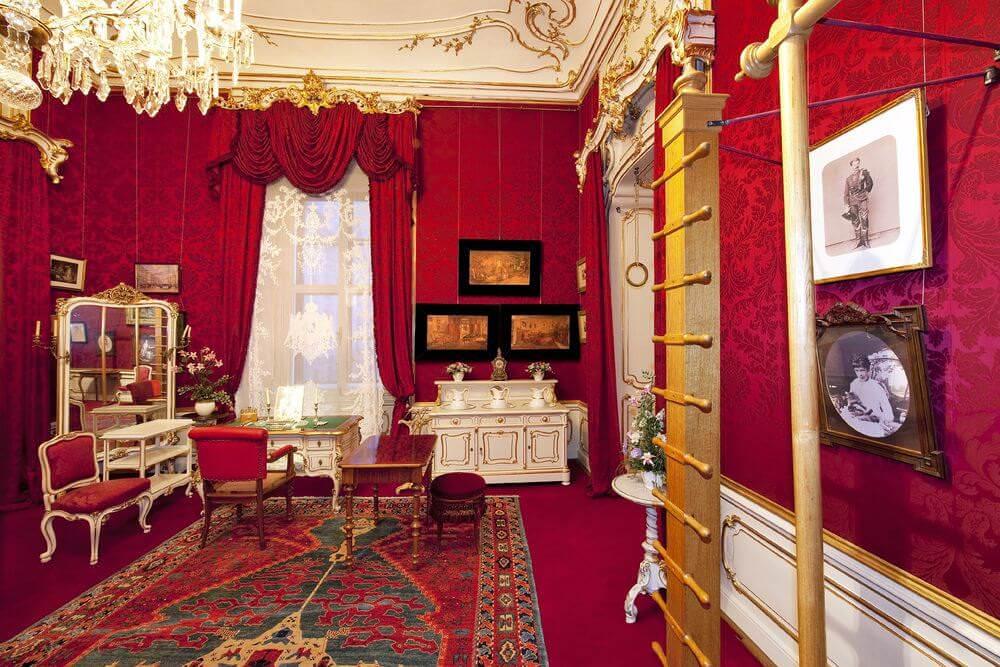 Das Zimmer der Kaiserin - mit ihrem Fitnesstudio - rechts die Sprossenleiter und das Reck. © Schloß Schönbrunn Kultur- und Betriebsges.m.b.H., Foto Lois Lammerhuber