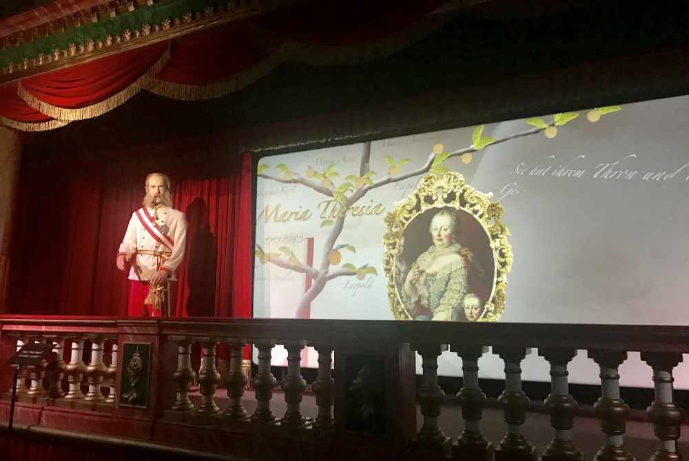 Links lebensgroß Kaiser Fanz Josef - er vermittelt den Besuchern die Familie der Habsburger