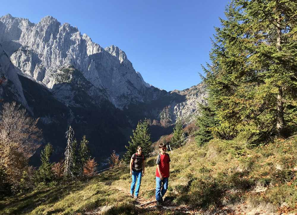 Mit Blick auf das Kaisergebirge im Kaiserbachtal wandern mit Kindern