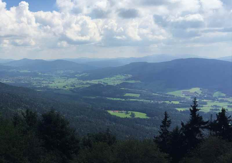 Die Kaitersberg Wanderung mit Kindern lohnt sich: Das ist der Ausblick von der Terasse der Kötztinger Hütte über den Bayerischen Wald