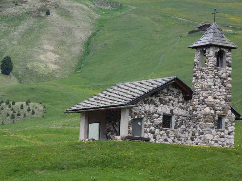 Das ist die schöne Kapelle am Col Raiser in Gröden