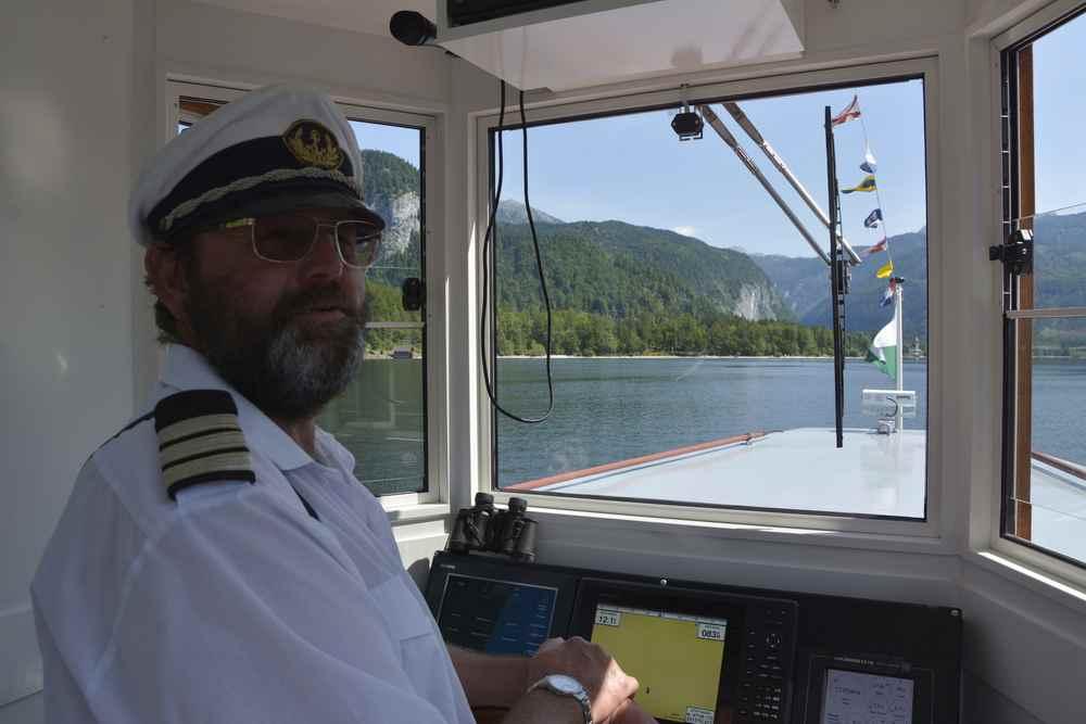 Unsere 3 Seen Tour im Salzkammergut beginnt: Der Kapitän auf dem Schiff liebt seinen Beruf und informiert über alles Wissenswerte
