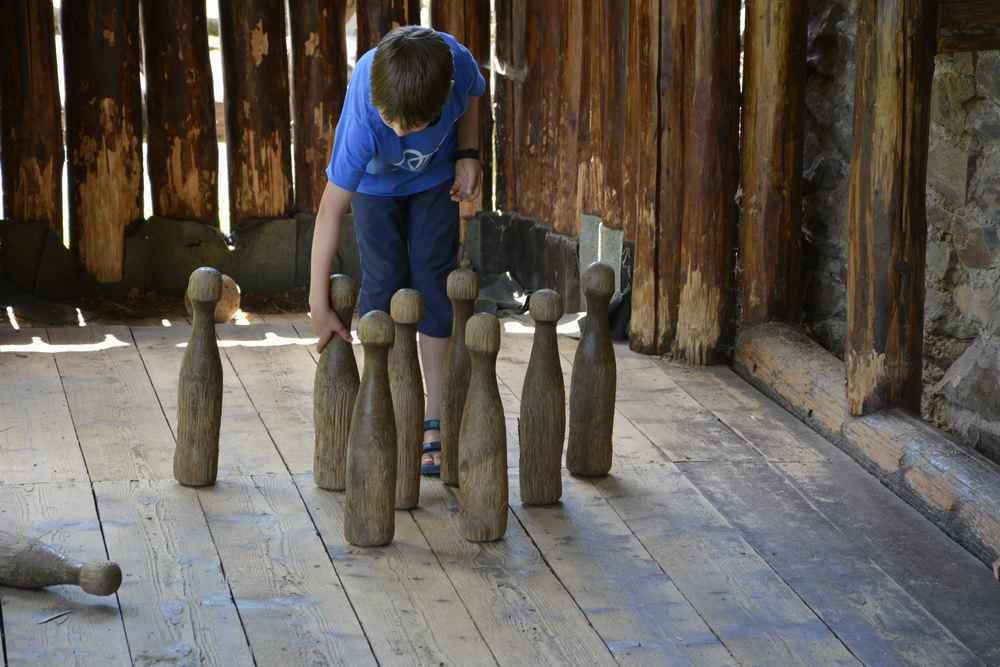 Noch mehr Spaß haben sie beim Kegeln auf dieser Holz-Kegelbahn