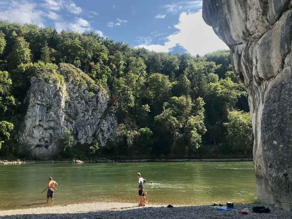 Hinter dem Donaudurchbruch gehen wir zum Baden und Schwimmen mit den Kindern in der Donau