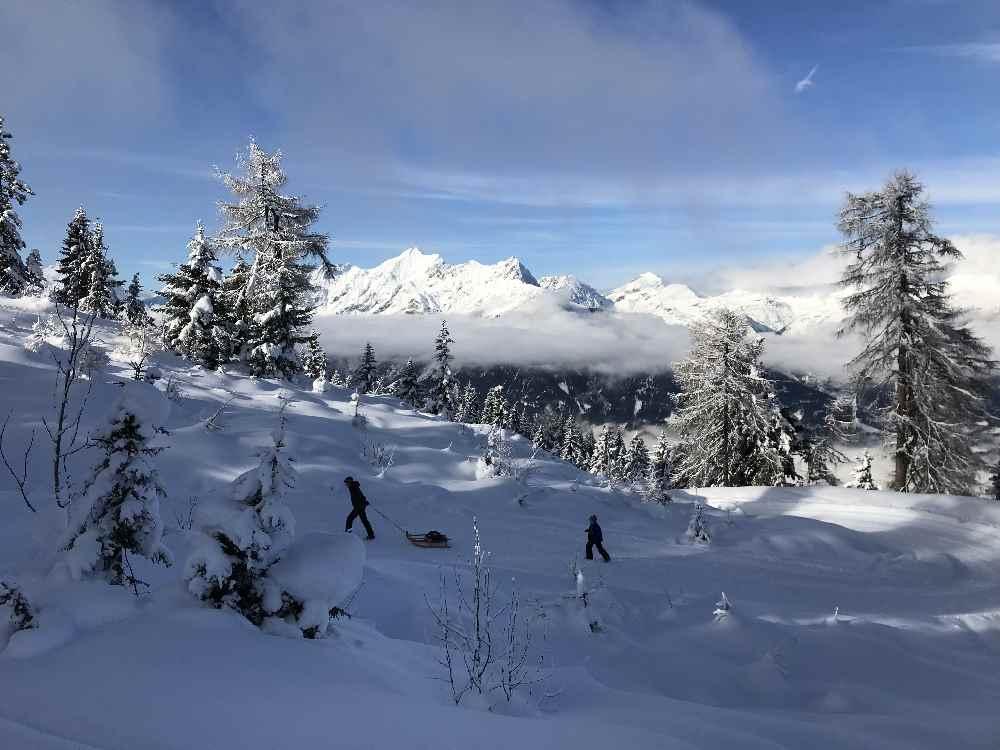 Das ist deine Aussicht beim Rodeln mit Kindern auf der Rodelbahn Kellerjoch in Tirol