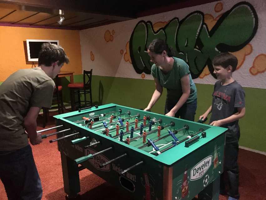 Kicker spielen - Familienbeschäftigung im Kinderhotel Oberjoch