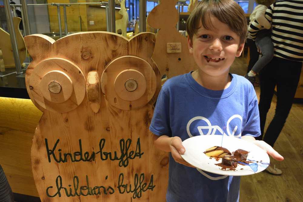 Aqua Dome Hotel: Nach dem Besuch des Schokoladenbrunnens am Kinderbuffet