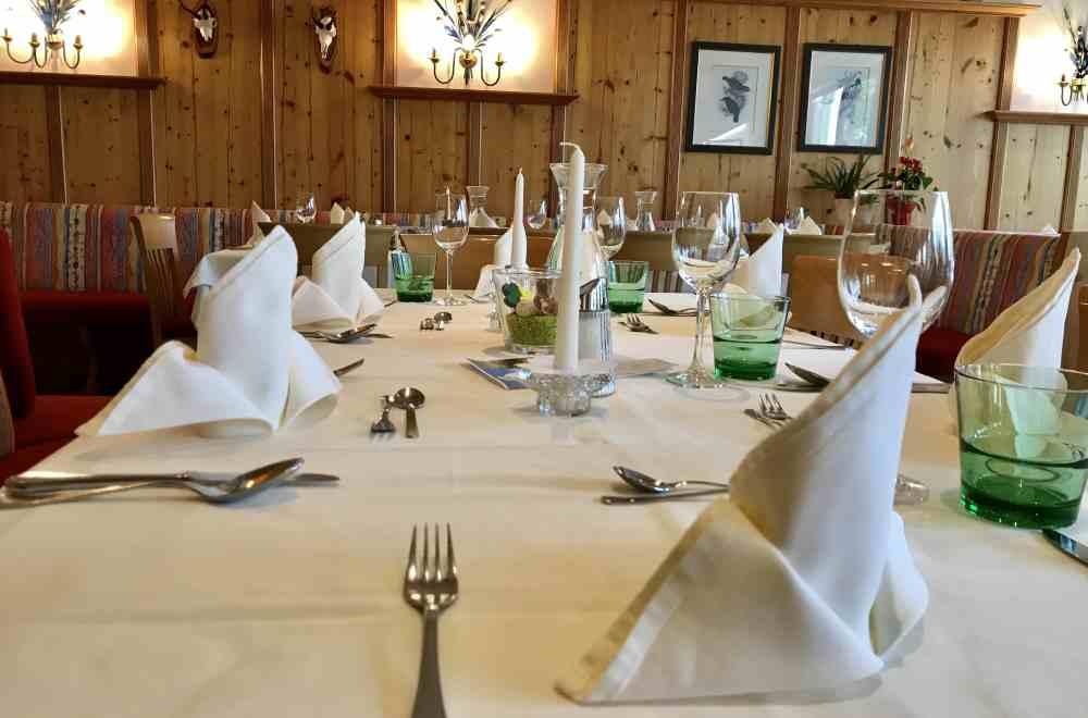 Am Abend sitzt du an den schön gedeckten Tischen im Familienhotel Kreuzwirt