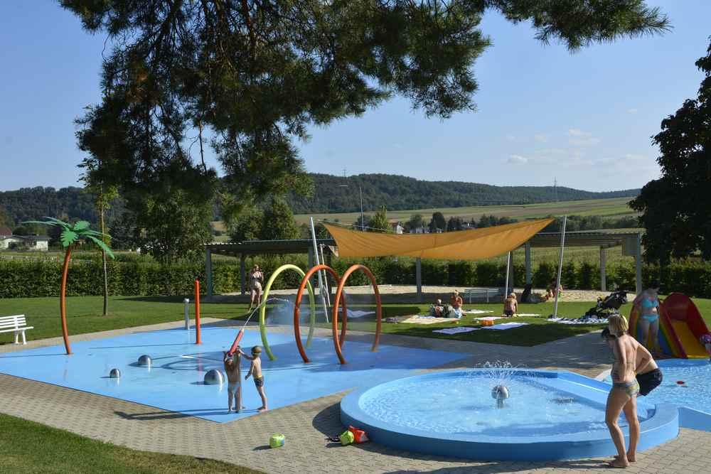 Glamping mit Kindern: Das ist das Kinderschwimmbad mit dem Plantschbecken und dem Wasserspielfeld