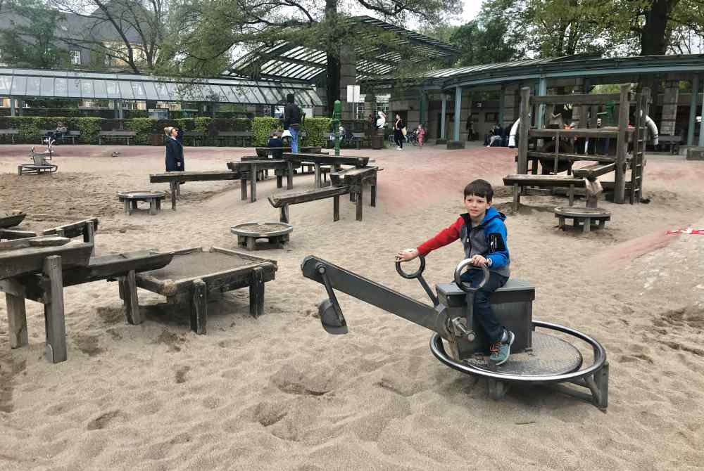 Spielplatz Planten und Blomen: Mit einem riesigen Sandspielplatz - der große Sandbagger ist besonders begehrt.