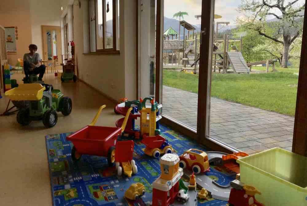 Im Kinderspielzimmer finden kleine und große Kinder Beschäftigung, mit direktem Zugang zum Garten - Spielplatz