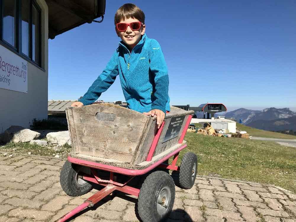 Mit Kinderwagen oder Bollerwagen im Triassic Park auf der Steinplatte in Tirol