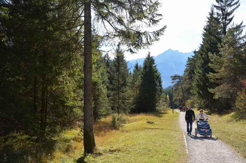Zurück vom Pflegersee auf der Kinderwagen Wanderung nach Garmisch Partenkirchen