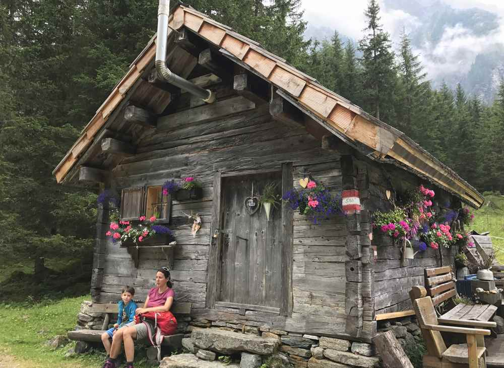 Zu der urigen Hütte bei der Konradlacke kommst du auf unserer sportlichen Kinderwagen Wanderung in Kärnten