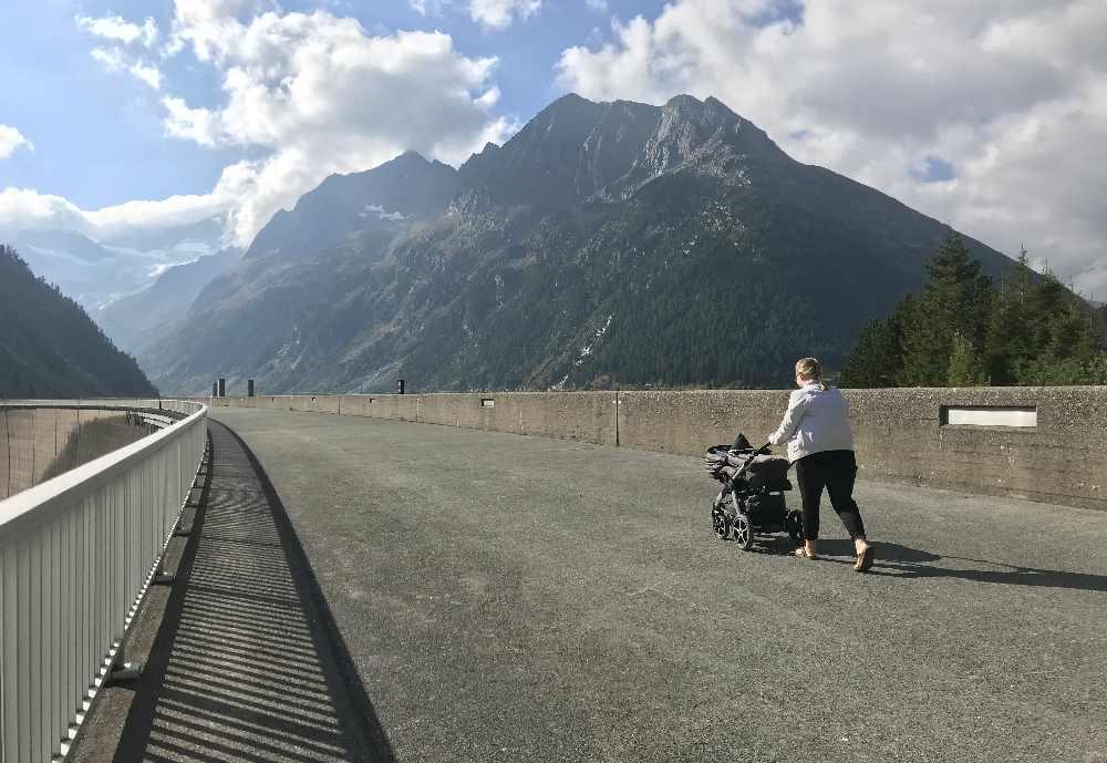 Über die Staumauer in Tirol kannst du sogar einen Spaziergang mit Kinderwagen unternehmen