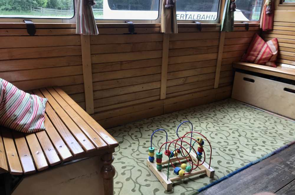 """Zillertalbahn: Ein schneller Blick in den """"Kinderwagen"""" - hier können kleinere Kinder während der Zugfahrt spielen"""