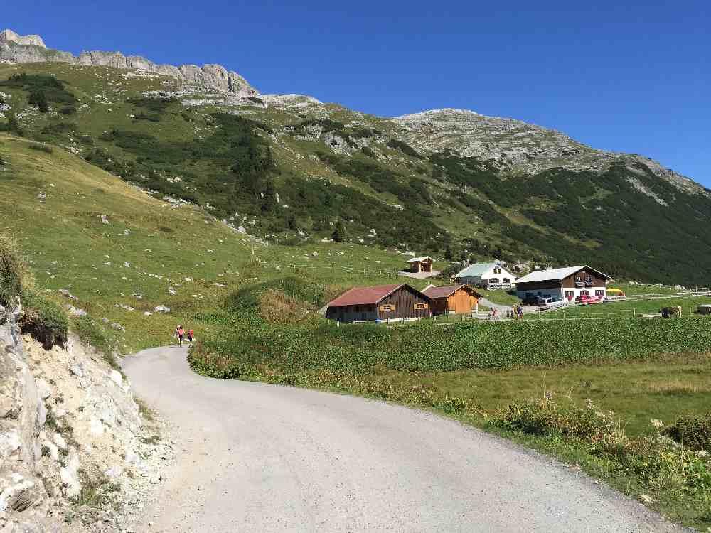 Kinderwagen wandern Vorarlberg - die breiten Wege zu den Almen sind perfekt!