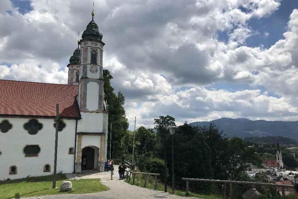 Von außen sieht man der Kalvarienbergkirche nicht an, dass sie innen anders gebaut wurde.