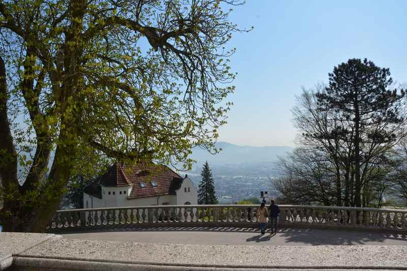 Das ist der Blick vom Kirchenportal in Richtung Stadt