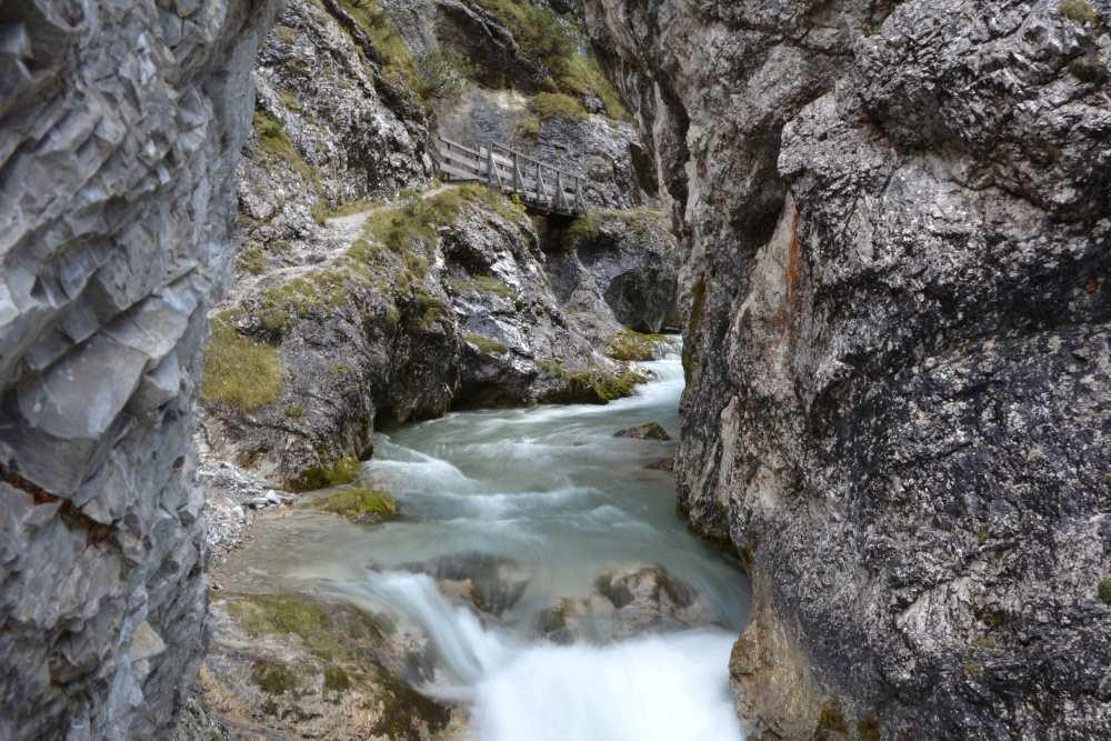 Eindrucksvoll rauscht das Wasser durch die Klammen und Schluchten in Tirol