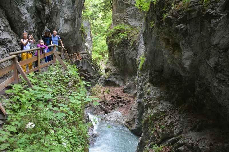 Klamm Tirol - Durch eine Klamm oder Schlucht in Tirol wandern mit Kindern, hier die Wolfsklamm