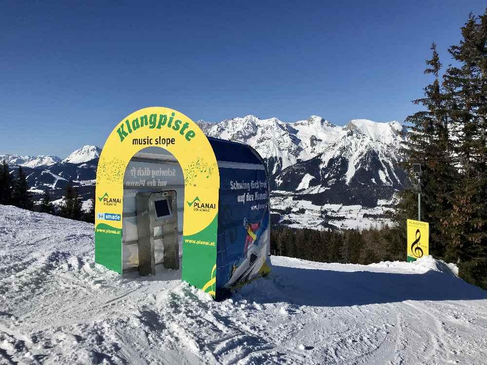 Die Klangpiste im Skigebiet Planai: Hier oben suchst du dir deinen Song, der dann auf der ganzen Piste aus den Boxen tönt