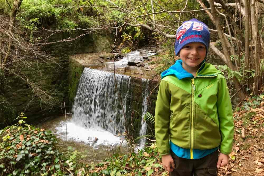 Am Eingang in der Klamm ist ein kleiner Wasserfall. Er gefällt unseren Kindern.