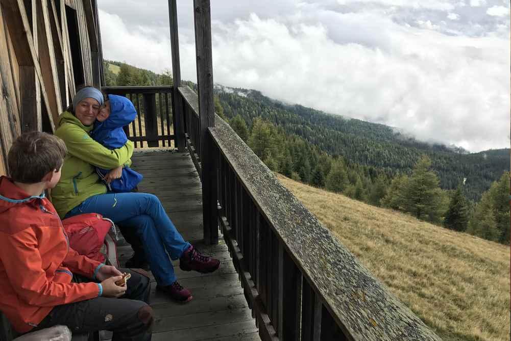 Beim Schupfen am Bildstock machen wir eine kurze Pause und geniessen unseren Südtirolurlaub
