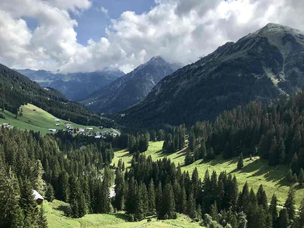So schön ist die Landschaft oberhalb von Baad im Kleinwalsertal