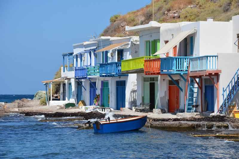 Milos Griechenland: Die bunten Häuser im kleinen Fischerdorf Klima auf Milos - vom Bett ins Boot und auf´s Meer
