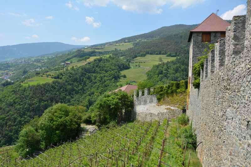 Auf dem Kloster Säben mit Kindern in Südtirol, inmitten der Weinberge